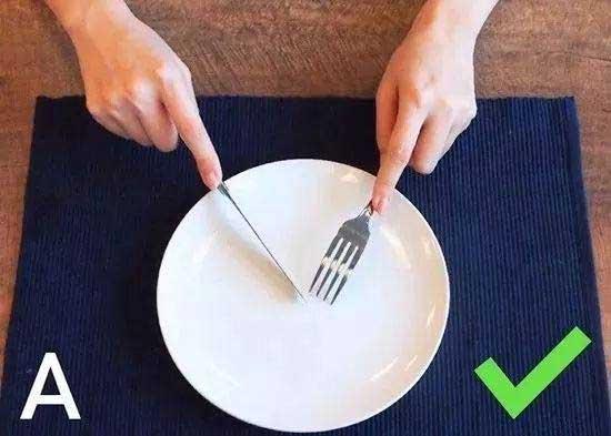 刀叉的正确拿法【正确持刀手势图】